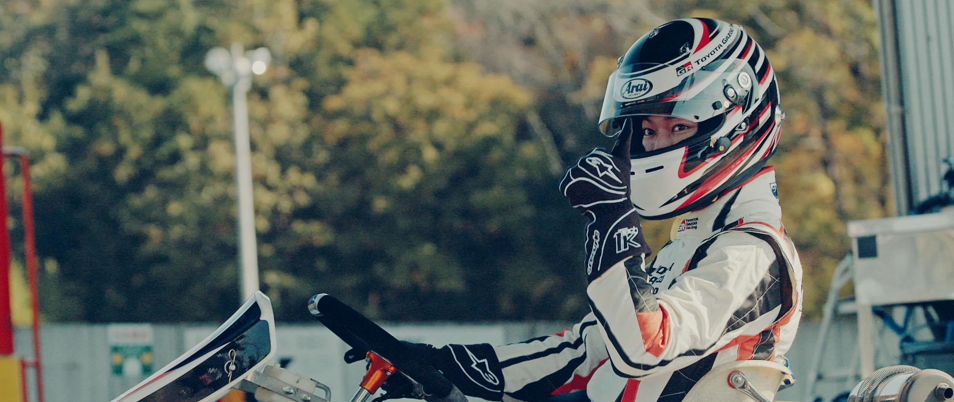 佐藤健がレーシングカートを体験